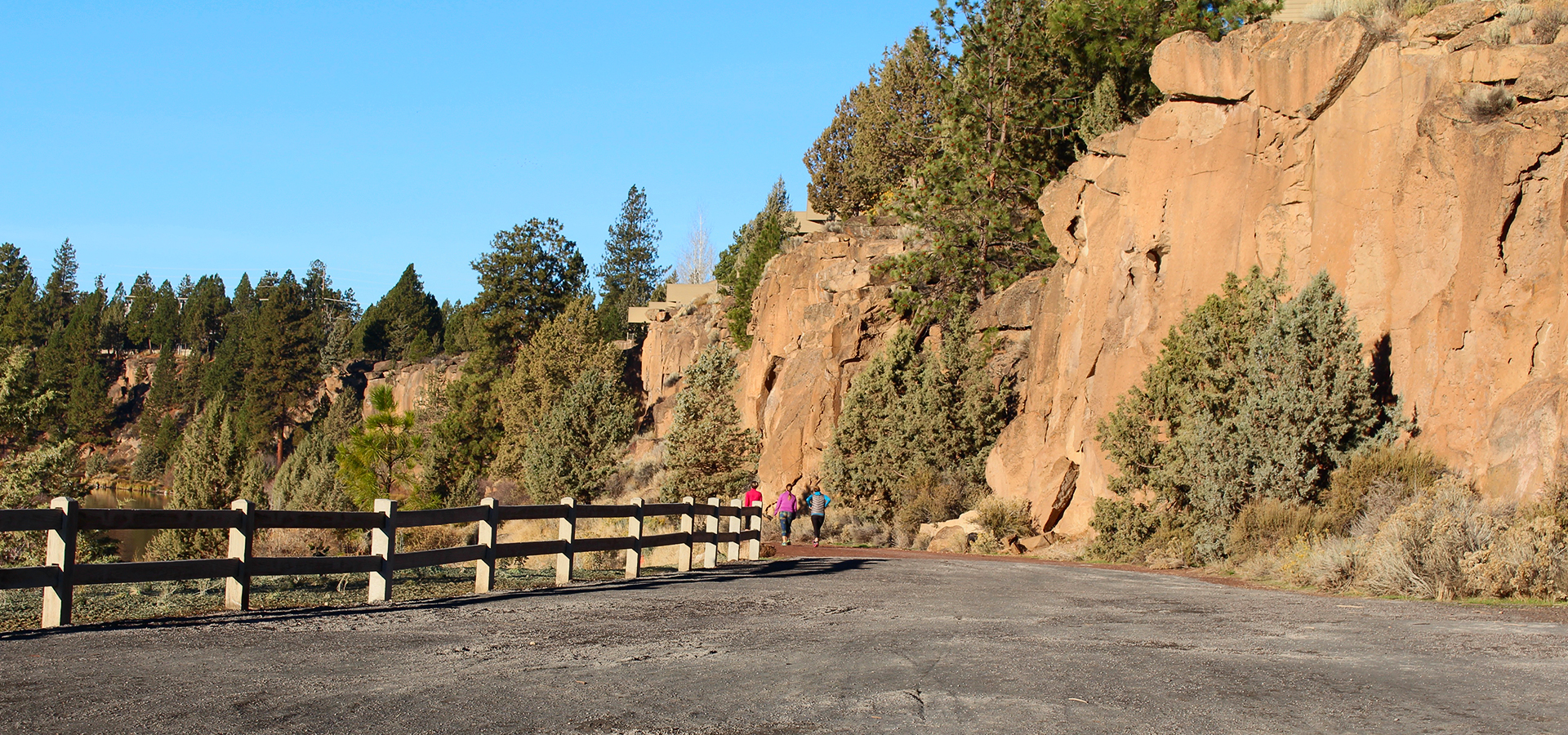 Image of the soft-surface path along the cliffs in the Farewell Bend portion of the Deschutes River Trail.
