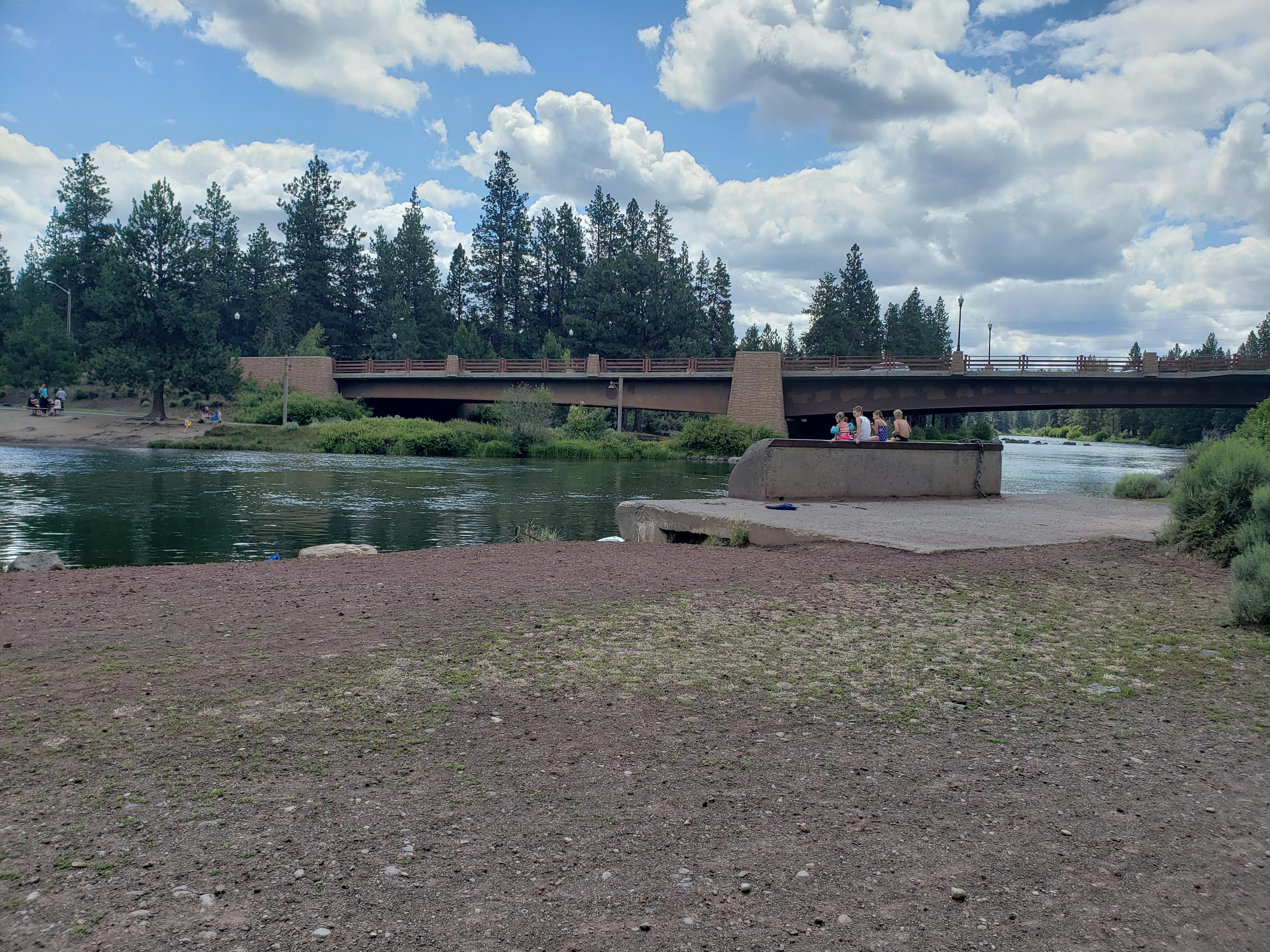 Image of the Deschutes River bank in Farewell Bend Park along the Deschutes River Trail.