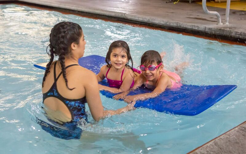 Image of kids in a youth swimming class at Juniper Swim and Fitness Center.